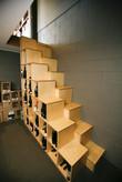 Scala moderna con legno a passo alterno