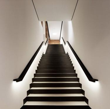 Scala a rampa con LED su corrimano
