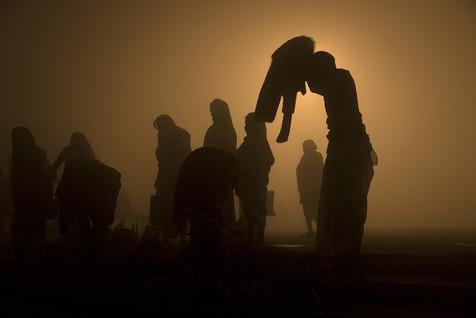 """Om asato ma sad gamaya Om tamaso ma jyotir gamaya mrtyor ma amrtam gamaya om shanti shanti shanti.  """"Lead me from the unreal to ethernal reality. Lead me from darkness of ignorance to light of trascendental knowledge. Lead me from death to immortality Om Peace Peace Peace"""" (Brhadaranyaka Upanishad — I.iii.28)  AMRITA, El elixir de la inmortalidad. Prayag, India Por: Jonathan Manrique Nossa   AMRITA, El elixir de la inmortalidad, es un proyecto fotográfico de autor que, en el contexto del kumbh mela, sugiere como el Ser desde su intimidad, cruza el rio de la existencia material en búsqueda de una relación con la divinidad. A través del contacto con las aguas de los ríos sagrados (conductores energéticos), él se reconoce a sí mismo como una partícula infinita del absoluto en un océano de gracia e inmortalidad que fluye y en el cual él se sumerge liberado, bebiendo del elixir de la inmortalidad. El proyecto también nos invita a ver una de las relaciones más bellas e interesantes del ser humano con el agua, nos muestra una humanidad del momento que nos enseña a sensibilizarnos positiva y responsablemente con respecto a los recursos hídricos como patrimonio natural pero también cultural y místico. Este evento es una oda a la sensibilidad y respeto de la humanidad hacia el agua como un elemento de vida para el cuerpo y el alma. (. En 2013, cuando se tomaron las fotografías, fue el inicio y el cierre de un ciclo completo de esta celebración conocida como el """"Mahā Kumbh mela"""". Kumbh es una palabra en sánscrito para nombrar vasija, o recipiente. Mela significa encuentro. Mahā, gran.   El mito. Miles de años atrás, en los cielos espirituales hubo una batalla entre semidioses y demonios por  obtener el elixir de la inmortalidad llamado (amrita), durante la batalla cuatro gotas de ese elixir (amrita) contenido en una vasija (kumbh) cayeron en cuatro lugares del planeta tierra. Especificamente en los Rios sagrados de las ciudades de Haridwar (rio Ganges), Prayag (Rio ganges), Na"""
