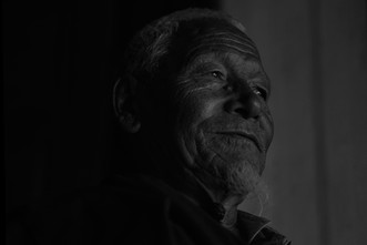"""Padmasambhava caves.  Tso Pema (Rewalsar) 🇮🇳  Photo © Jonathan Manrique Nossa   Este verso pertenece a un poema compuesto por Milarepa durante el siglo XI mientras vivia en una caverna / ermita, y el cual es popular en Tibet. Significa: Si soy capaz de vivir en esta ermita hasta la muerte, sin ser tentado a regresar al mundo, habré alcanzado mi meta espiritual""""   Lama Phudhock ha vivido como ermitaño por más de 50 años practicando el dharma en las cavernas donde Padmasambhava (encarnación mística de Buda) a quien se le atribuye la autoria del Bardo Thodol o libro tibetano de los muertos, ejecutó yoga tantrico, manifestó (siddhis) poderes místicos, unificó el budismo en el Tíbet. Allí en las hermitas viven también una comunidad de (Anis) monjas practicantes de una de las ramas (Nyingma) más místicas del budismo tibetano. Viven en el retiro."""