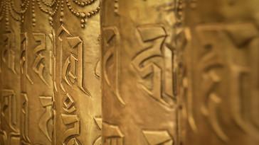 """""""Mcleod Ganj es un lugar ubicado en las colinas de Dharamshala, Himachal Pradesh o estado del Himalaya. Allí se encuentra la residencia de su santidad, el XIV dalai Lama Tenzin Gyatso, y el hogar para más de 11.000 tibetanos que viven en el exilio. También es el centro cultural y político del Tíbet en el exilio. Los días allí son tranquilos, atípicos y atemporales; la atmósfera es pacífica y de tratos nobles y corteses, se puede experimentar la profunda realización de liberación y paz en el corazón de sus habitantes, en las calles y las personas hay mística.  Regularmente, su Santidad XIV Dalai lama Tenzin Gyatso visita Tsuglagkhang en Mcleod Ganj, Dharamsala. Este uno de los complejos espirituales más importantes para el Budismo tibetano. Allí se reúne con la comunidad tibetana en el exilio para compartir conocimiento, realizaciones, iniciaciones y una ampliación de la cosmovisión y práctica Budista. Más de 6000 personas entre lamas, monjes novicios, extranjeros y admiradores allegados a la práctica y filosofía Budista se encuentran en el monasterio; todos van a ver y a escuchar a Su Santidad Dalai Lama, él representa un corazón compasivo y sabiduría para su pueblo. Día a día, se percibe la mística, la paz, la armonía entre otras sensaciones, y se vive una atmósfera, más que serena, fresca. Su santidad aborda, entre otros, temas como la importancia de reflexionar sobre las falsas concepciones del ego falso y el Yo en pro de establecer relaciones ecuánimes y compasivas, más empáticas consigo mismo y con lo demás. Por ese camino quizá la liberación, quizá una sonrisa"""".  Bodhisattva: Ser que, habiendo desarrollado la mentalidad del despertar, dedica su vida a la tarea de alcanzar la budeidad (estado de Buddha) en beneficio de todos los seres sintientes.   """"Como resultado de la virtud, permaneceré en el espacio, fragante y fresco corazón de una flor de loto, Mi fulgor será alimentado por el dulce discurso de los conquistadores, Mi forma gloriosa florecerá de un loto ab"""
