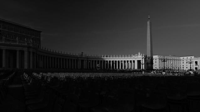 """Travel & Arts. Piazza San Pietro, Citta del Vaticano, Italia. Photo © Jonathan Manrique Nossa.  """"La luz y la oscuridad viajan juntas"""" Estudios sobre la luz, arquitectura y arte."""