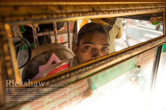 Vrindavan, India  Una Rickshaw es un vehículo cubierto de dos ruedas, usado principalmente en países asiáticos. Este vehículo es similar a las bicicletas de tres ruedas, teniendo un asiento atrás para pasajeros. Algunas veces están equipados con motores a gasolina. La gran mayoría de los conductores de rickshaw no tienen su propio vehículo, lo alquilan, y sus dueños piden una renta muy alta por ellos. Una rickshaw nueva puede costar entre Rs 8.000 y 9.000 ($200 USD), que funciona por 3-4 años. Por cada turno diario (12 hrs), cobran Rs 80-90 ($1.5 USD) de renta. Esto pone una gran presión sobre los conductores para conseguir clientes. Al final del día, tienen que apartar entre 30 y 60% de sus ganancias para la renta.