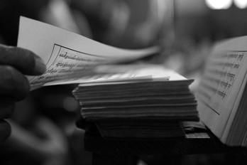 """Padmasambhava caves.  Tso Pema (Rewalsar) 🇮🇳   Este verso pertenece a un poema compuesto por Milarepa durante el siglo XI mientras vivia en una caverna / ermita, y el cual es popular en Tibet. Significa: Si soy capaz de vivir en esta ermita hasta la muerte, sin ser tentado a regresar al mundo, habré alcanzado mi meta espiritual""""   Lama Phudhock ha vivido como ermitaño por más de 50 años practicando el dharma en las cavernas donde Padmasambhava (encarnación mística de Buda) a quien se le atribuye la autoria del Bardo Thodol o libro tibetano de los muertos, ejecutó yoga tantrico, manifestó (siddhis) poderes místicos, unificó el budismo en el Tíbet. Allí en las hermitas viven también una comunidad de (Anis) monjas practicantes de una de las ramas (Nyingma) más místicas del budismo tibetano. Viven en el retiro."""