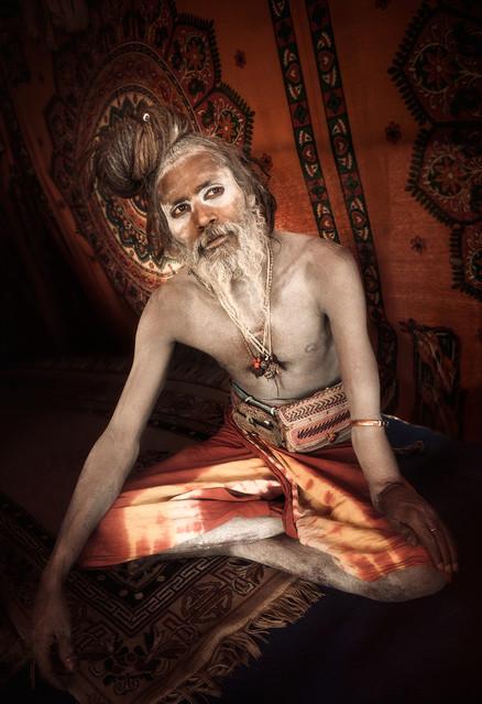 """NAGA BABA SADHU  Prayag, INDIA (Kumbh Mela)  Un Sadhu (Hombre santo) es considerado un renunciante, asceta religioso, o persona santa, que vive en los limites de la sociedad o por fuera de esta con el fin de enfocarse en el desarrollo de su propia práctica espiritual.  Se encuentran por todo el territorio Hindú y por lo general habitan en templos, cavernas o bosques llevando una vida santa de ascetismo, misticismo y/o prácticas del yoga. Existen diversas sectas de Sadhus, y en este caso el  Babaji (hombre sabio) retratado corresponde a los Shaivas sadhus o ascetas devotos del Dios SHIVA.    Om asato ma sad gamaya Om tamaso ma jyotir gamaya mrtyor ma amrtam gamaya om shanti shanti shanti.  """"Lead me from the unreal to ethernal reality. Lead me from darkness of ignorance to light of trascendental knowledge. Lead me from death to immortality Om Peace Peace Peace"""" (Brhadaranyaka Upanishad — I.iii.28)  AMRITA, El elixir de la inmortalidad. Prayag, India Por: Jonathan Manrique Nossa   AMRITA, El elixir de la inmortalidad, es un proyecto fotográfico de autor que, en el contexto del kumbh mela, sugiere como el Ser desde su intimidad, cruza el rio de la existencia material en búsqueda de una relación con la divinidad. A través del contacto con las aguas de los ríos sagrados (conductores energéticos), él se reconoce a sí mismo como una partícula infinita del absoluto en un océano de gracia e inmortalidad que fluye y en el cual él se sumerge liberado, bebiendo del elixir de la inmortalidad. El proyecto también nos invita a ver una de las relaciones más bellas e interesantes del ser humano con el agua, nos muestra una humanidad del momento que nos enseña a sensibilizarnos positiva y responsablemente con respecto a los recursos hídricos como patrimonio natural pero también cultural y místico. Este evento es una oda a la sensibilidad y respeto de la humanidad hacia el agua como un elemento de vida para el cuerpo y el alma. (. En 2013, cuando se tomaron las fotografías, fue el inic"""