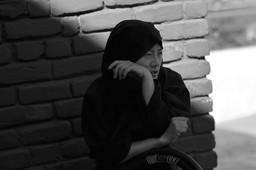 """Padmasambhava caves.  Tso Pema (Rewalsar) 🇮🇳   Photo © Jonathan Manrique Nossa Este verso pertenece a un poema compuesto por Milarepa durante el siglo XI mientras vivia en una caverna / ermita, y el cual es popular en Tibet. Significa: Si soy capaz de vivir en esta ermita hasta la muerte, sin ser tentado a regresar al mundo, habré alcanzado mi meta espiritual""""   Padmasambhava (encarnación mística de Buda) a quien se le atribuye la autoria del Bardo Thodol o libro tibetano de los muertos, ejecutó yoga tantrico, manifestó (siddhis) poderes místicos, unificó el budismo en el Tíbet. Allí en las hermitas viven también una comunidad de (Anis) monjas practicantes de una de las ramas (Nyingma) más místicas del budismo tibetano. Viven en el retiro."""