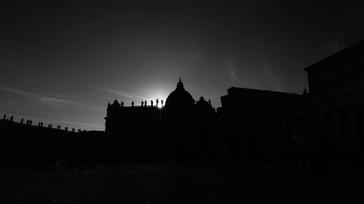 """Architecture & Arts. Piazza San Pietro, Citta del Vaticano, Italia. Photo © Jonathan Manrique Nossa.  """"La luz y la oscuridad viajan juntas"""" Estudios sobre la luz, arquitectura y arte.   """"Luca 11:52"""" Roma, Italia."""