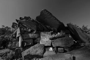 """Padmasambhava caves.  Photo © Jonathan Manrique Nossa Tso Pema (Rewalsar) 🇮🇳   Este verso pertenece a un poema compuesto por Milarepa durante el siglo XI mientras vivia en una caverna / ermita, y el cual es popular en Tibet. Significa: Si soy capaz de vivir en esta ermita hasta la muerte, sin ser tentado a regresar al mundo, habré alcanzado mi meta espiritual""""   Lama Phudhock ha vivido como ermitaño por más de 50 años practicando el dharma en las cavernas donde Padmasambhava (encarnación mística de Buda) a quien se le atribuye la autoria del Bardo Thodol o libro tibetano de los muertos, ejecutó yoga tantrico, manifestó (siddhis) poderes místicos, unificó el budismo en el Tíbet. Allí en las hermitas viven también una comunidad de (Anis) monjas practicantes de una de las ramas (Nyingma) más místicas del budismo tibetano. Viven en el retiro."""
