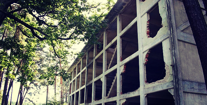 Raszówka. Zdjęcie przedstawia opuszczony budynek.