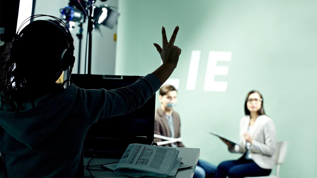 Directora de televisión en el set