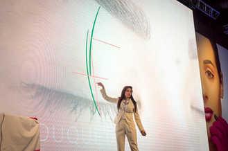 Η Soula παρουσιάζει την τεχνική της στο Μιλάνο της Ιταλίας σε ένα πλήρες πλήθος στο μεγαλύτερο συνέδριο του PMU στον κόσμο! Η Σούλα Κουτσογιαννάκη παρουσιάζει την τεχνική της στο Μιλάνο της Ιταλίας σε ένα πλήρες πλήθος στο μεγαλύτερο συνέδριο του PMU στον κόσμο!  Μιλάνο, Ιταλία. Ιούνιος 2018