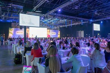 Η Σούλα Κουτσογιαννάκη παρουσιάζει την τεχνική της στο Μιλάνο της Ιταλίας σε ένα πλήρες πλήθος στο μεγαλύτερο συνέδριο του PMU στον κόσμο! Μιλάνο, Ιταλία. Ιούνιος 2018