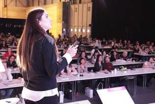 Η Σούλα μιλάει σε ενα sold out ακροατήριο στη Μαδρίτη, στην Ισπανία. Νοέμβριος 2017.