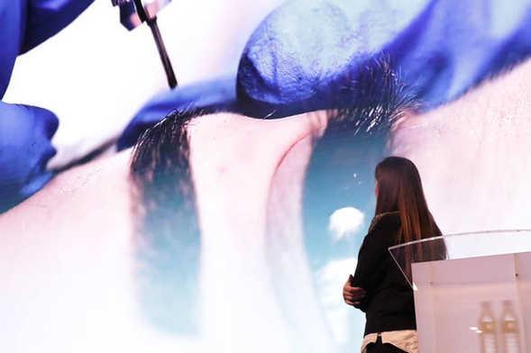 Η Σούλα Κουτσογιαννάκη μιλάει σε ενα sold out ακροατήριο στη Μαδρίτη, στην Ισπανία. Νοέμβριος 2017.