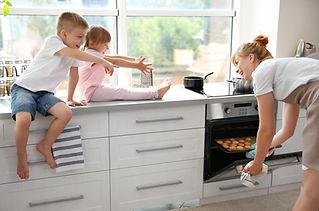 Familj i köket