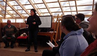 Notre prof de langue aniciape, Anna Mapache donne le cours durant le camp linguistique au site de Kina8at dans les Laurentides