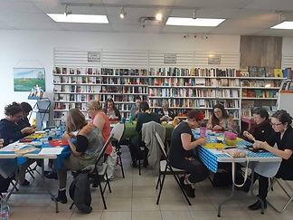 Atelier perlage Kina8at en ville dans une bibliothèque