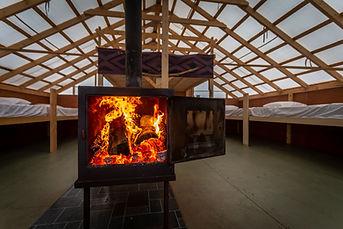 Nos dortoirs peuvent accueillir un total de 20 personnes avec foyer au bois pour l'hiver sur site de Kina8at