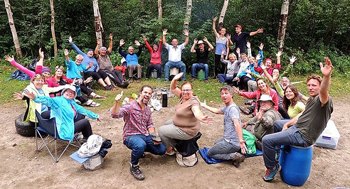 Group on a thematic trip learning survival in the Quebec summer forest at Kina8at