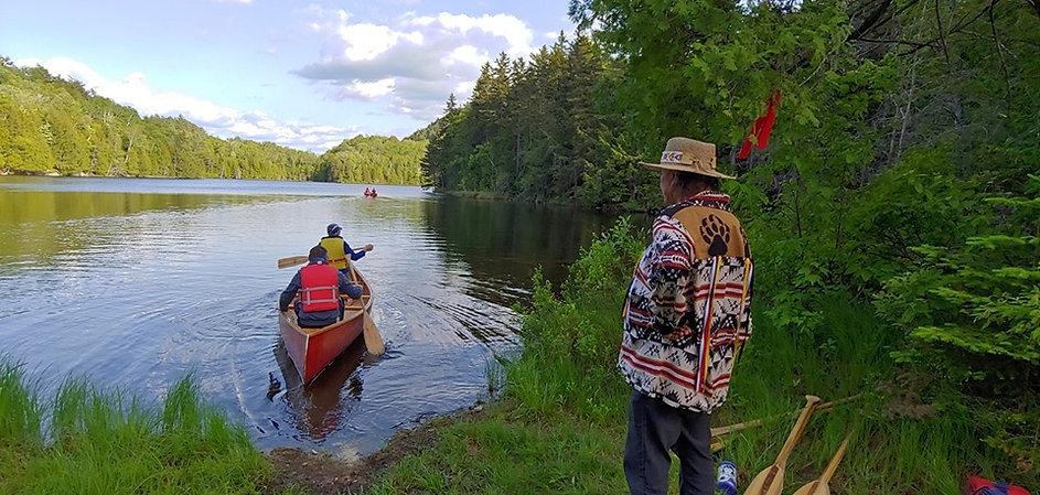 En canot sur notre lac sur le site du centre Kina8at dans les Laurentides en été au Québec