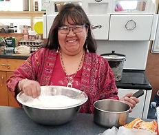 notre aînée, Joan Wapanonik, prépare la banik au site de Kina8at dans les Laurentides