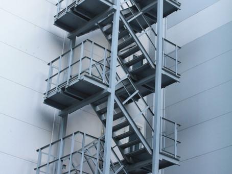 Лестницы пожарные наружные стационарные. Ограждения кровли. Требования по эксплуатации.
