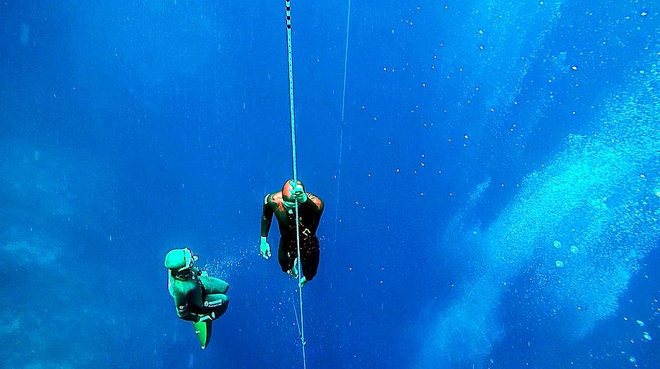 Ныряние в глубину по тросу на руках во фридайвинге