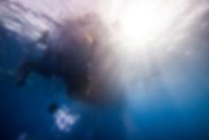 Ныряние в глубину в ластах во фридайвинге