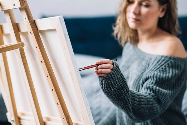 mujer-pintando-su-casa_23-2147781587.jpg