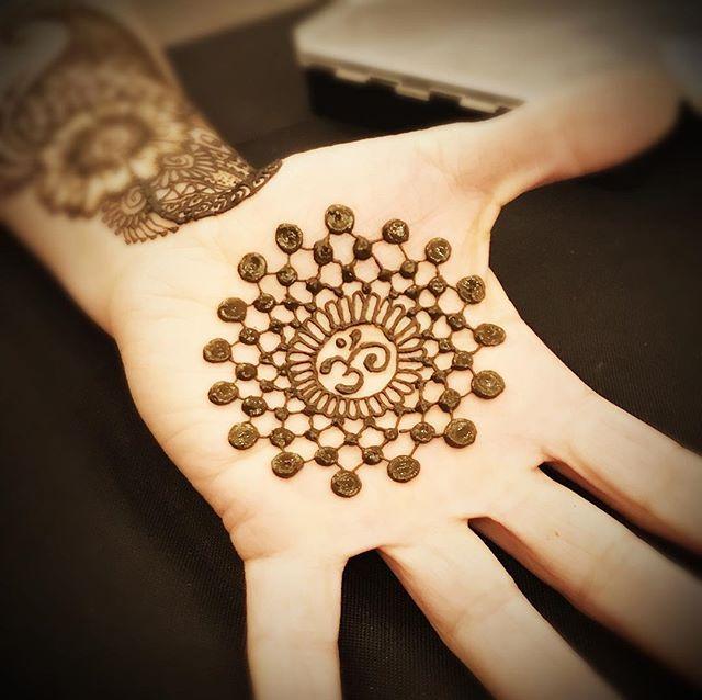 _henna_con #mehendi #hennapro #om #mandala #losangeleshenna #henna #glittertattooslosangeles #hennat