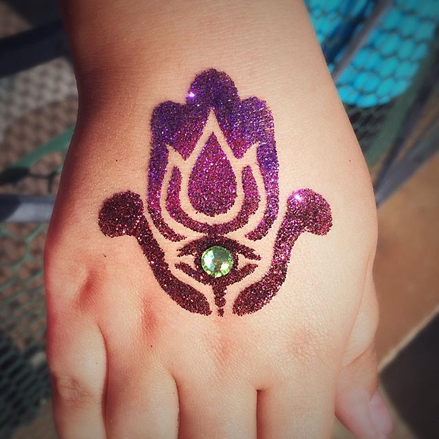 #glittermehndi #glittertattoo #glittertattoos #glittertattoostencil #hamsa #henna #hireme #partyhenn
