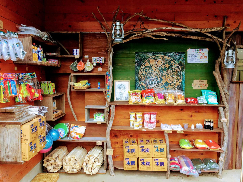 森の売店ではアウトドア用品等を販売
