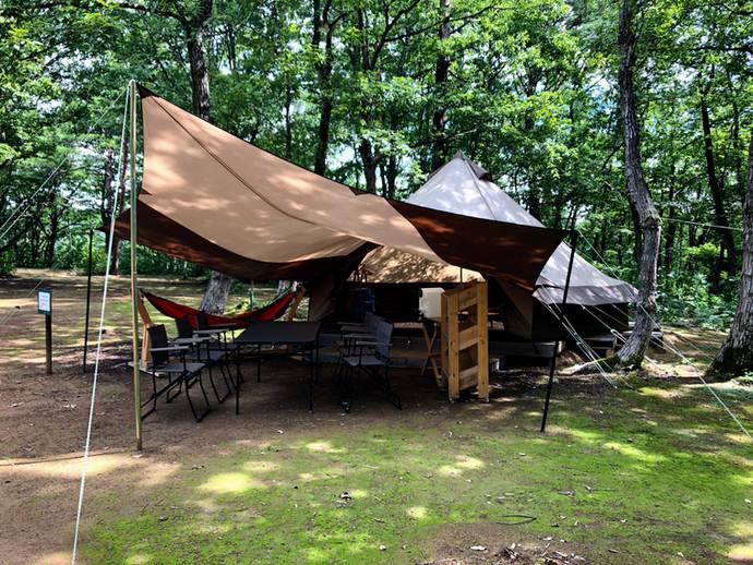 特注テントで木漏れ日の贅沢キャンプ