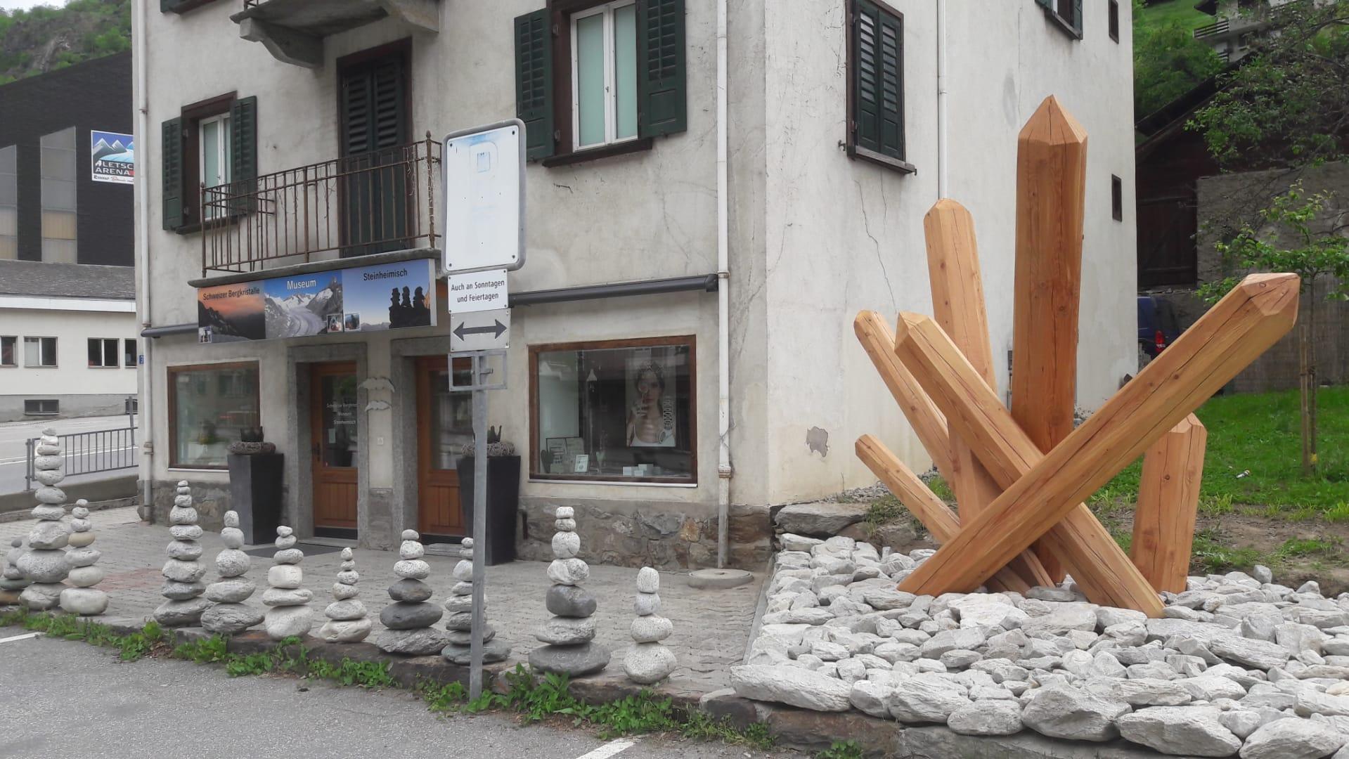 Einzigartige Holzkonstruktion im Schweizer Strahler Museum Schmidt in Mörel