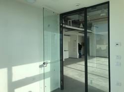 מבט ממשרד לדלת כניסה