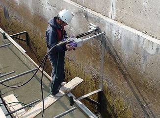 防波堤に差筋をするために、油圧コアーで削孔