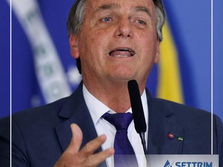 Bolsonaro anuncia auxílio a caminhoneiros para compensar alta do diesel