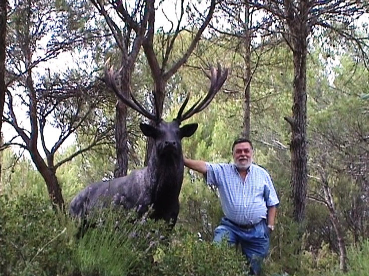 Fotografía de la escultura de un venado a tamaño natural con el artistaJosechu Lalanda