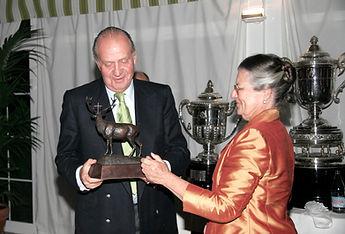 S.M. el Rey D. Juan Carlos I recibe de manos de Teresa de Borbón el Premio a la Personalidad Venatoria 2004. (Fotografía: José María García Medina)