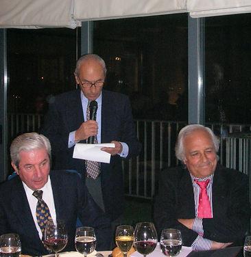 De pie César Fernández de la Peña inicia el acto. Sentados Iñigo Moreno de Arteaga, marqués de Laserna y Raúl del Pozo escuchan sus palabras(Fotografía: José María García Medina)