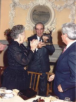 Alfonso de Urquijo recibiendo el Premio al «Arte y Cultura». (Fotografía: Real Club de Monteros)