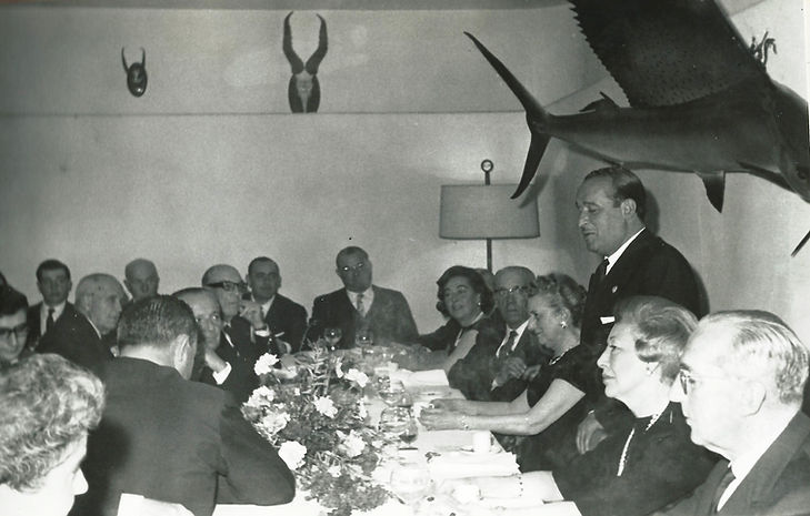 En la fila de la derecha Menchu de la Peña, María Laula, el homenajeado, la Sra. de Cabanyes y Carlos Rein. (Fotografía cedida por César Fernández de la Peña)