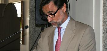 Pablo Ortega Martín-Rosales dirigiéndose a la sala (Fotografía: Santiago Segovia Pérez)