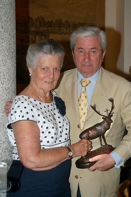 S.A.R. Dª Teresa de Borbón, marquesa de Laserna, entregando el Premio a la Personalidad Venatoria, a Iñigo Moreno de Arteaga, marqués de Laserna(Fotografía: Cesáreo Martín Martínez)
