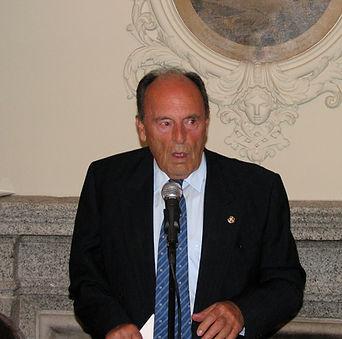 Paco Basarán hace lo propio con el Premio a la Personalidad Venatoria 2008, que recayó sobre Manuel Silvela, conde del Castillo de la Vera (Fotografía: José María García Medina)