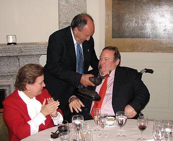 Paco Basarán hace entrega del galardón a  Manuel Silvela, conde del Castillo de la Vera (Fotografía: José María García Medina)