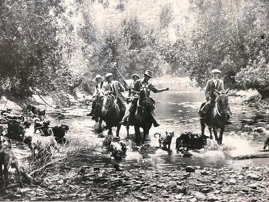 Fotografía de un partida montera constituída por unos personajes no identificados, atravesando un río en algún lugar de los Montes de Toledo, durante el año 1920. (Fotografía cedida por Cesáreo Martín Martínez)