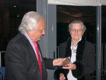 Raúl del Pozo recibe de Teresa de Borbón el Premio Literario «Jaime de Foxá» 2004 (Fotografía: José María García Medina)