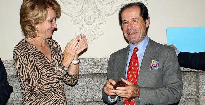 Esperanza Aguirre Gil de Biedma, Presidenta de la Comunidad de Madrid, entrega el Premio Literario «Jaime de Foxá» 2010 a Javier Hidalgo (Fotografía: José María García Medina)