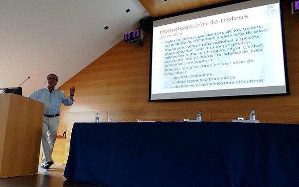 Santiago Segovia Pérez explicando las razones por las que la homologación es un instrumento para la gestión de la fauna cinegética(Fotografía: Guillermo Reparaz Vallhonrat)